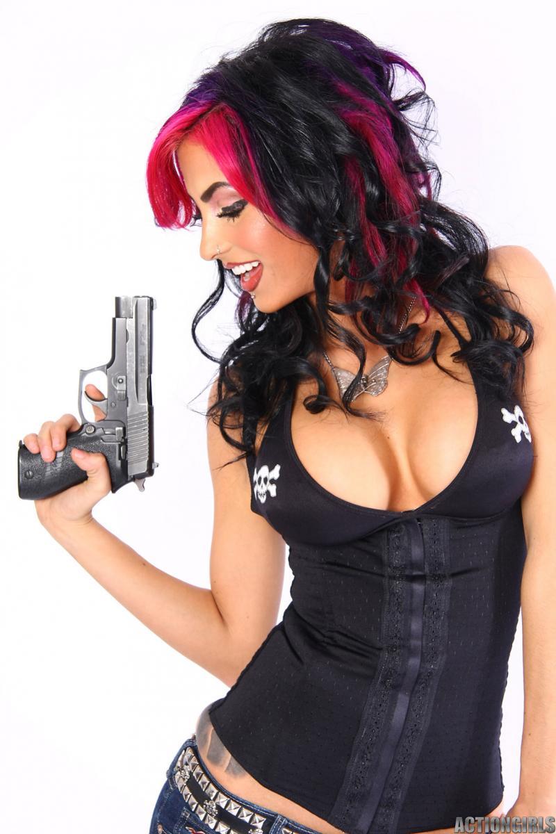 Diahann-Sexy-Girl-with-Guns